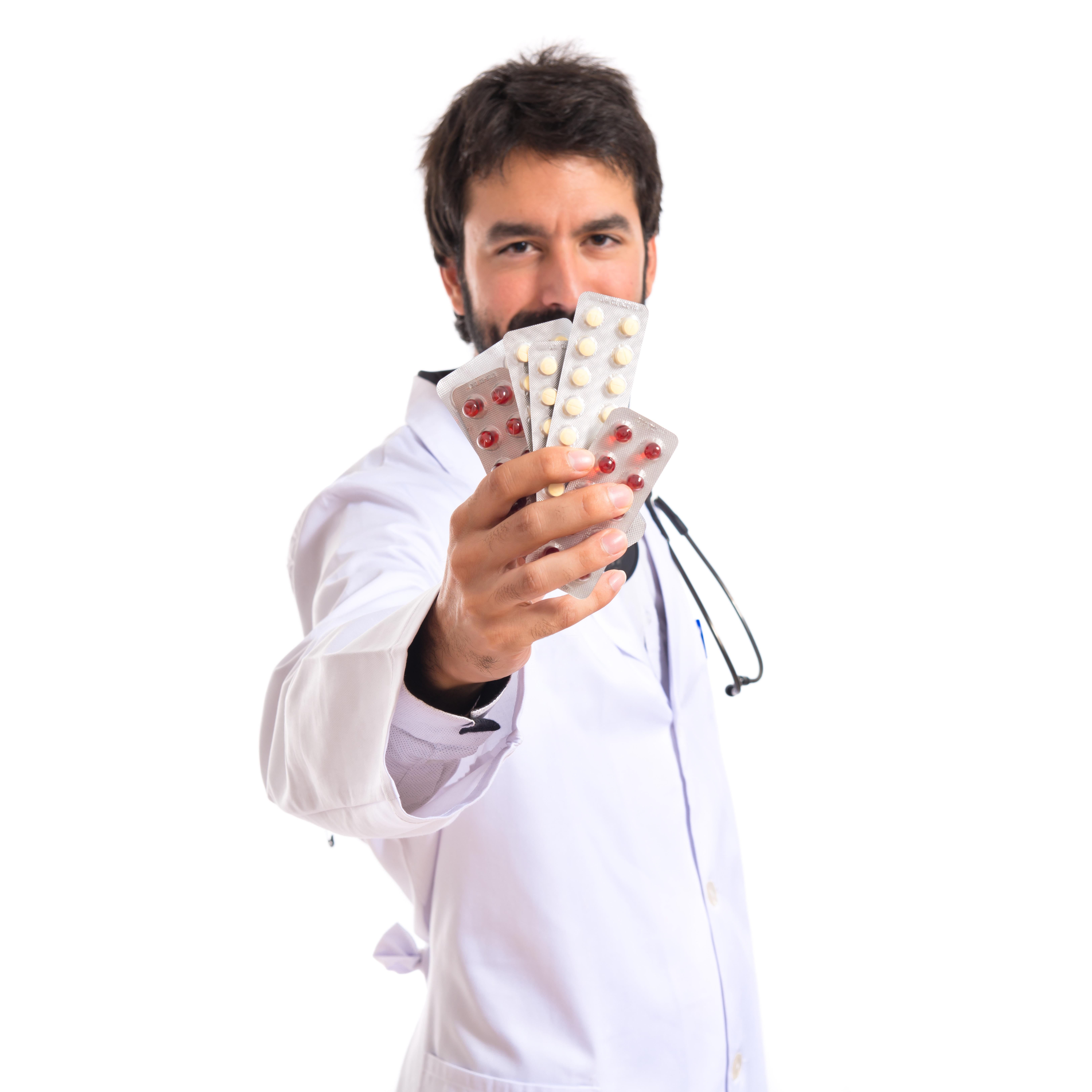 Médico segurando remedio